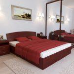двуспальная кровать бордовая