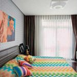 Современная картина в спальне