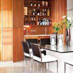 Стеклянный обеденный стол в маленькой квартире