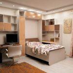 кровать шкаф в уютной спальне