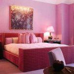 В спальную комнату также не стоит вешать картины, на которых изображены природные стихии