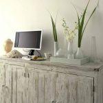 Всевозможные деревянные предметы мебели с искусственно состаренной поверхностью