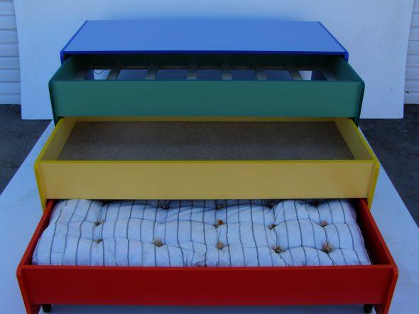 Выкатная кровать для детского сада трехъярусного типа