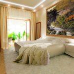 большая картина в спальне