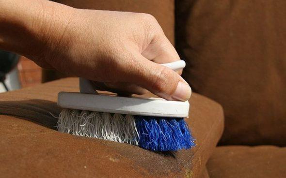 чистка дивана щеткой