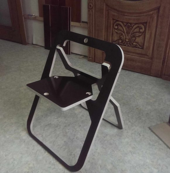 черный складной стул