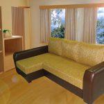 диван с кожаными подлокотниками