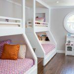 двухъярусная кровать вдоль стены