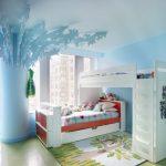 двухъярусная кровать в голубой комнате