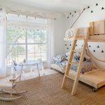 двухъярусная кровать в светлой комнате