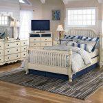 искусственно состаренная мебель в спальне