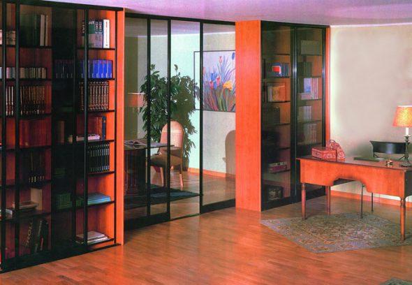 книжный шкаф у двери