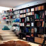 книжный шкаф на лестнице