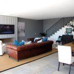 коричневый диван стиль