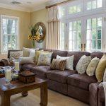 коричневый диван дома