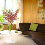 коричневый диван в комнате