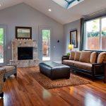 коричневый диван в просторном зале