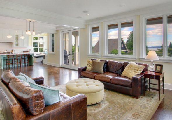 коричневый диван в зале фото