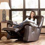 кресло с подставкой для ног коричневое