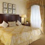 двуспальная кровать уютная