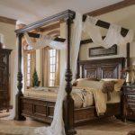 кровать деревянная с балдахином