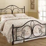 кровать в интерьере кованая