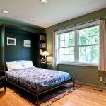 кровать шкаф в зеленой спальне
