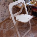 складной стул из фанеры в интерьере