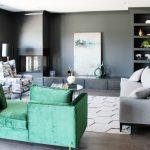 зеленый диван дома