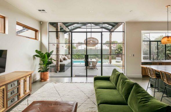 зеленый диван в зале