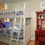Белая двухъярусная кровать и красный стол