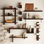 Большое количество маленьких деревянных полок на стене