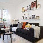 Черный диван с яркими подушками