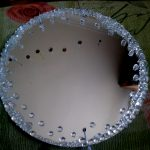 Декор круглого зеркала камнями