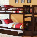 Двухъярусная кровать из лиственных пород дерева