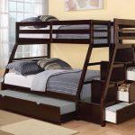 Двухъярусная кровать с двумя спальными местами и шкафом-лесенкой