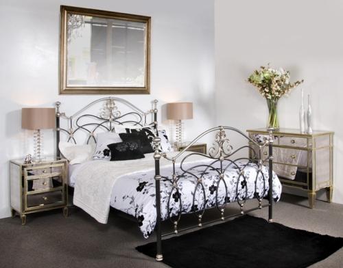 Кованые кровати в интерьере спальни