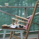 кресло качалка на веранде