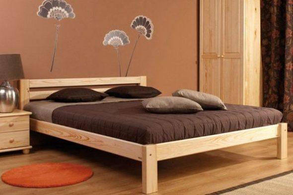 Кровать из массива сосны в интерьере