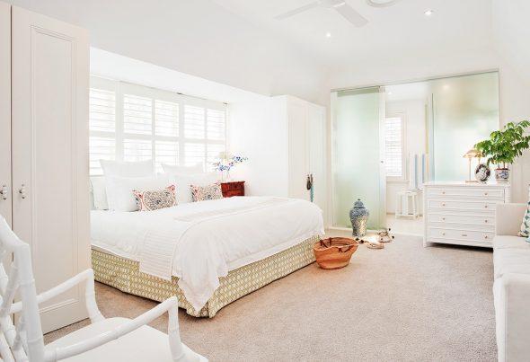 Кровать между шкафами в спальне