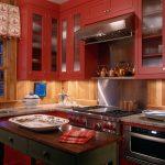 Кухонный гарнитур цвета красного вина