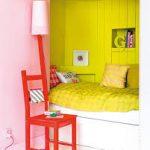 Маленькая кровать в нише с ящиками и отделенная цветом от остальной комнаты