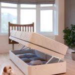 Односпальная кровать с ящиками для хранения вещей изображения