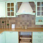 угловой шкаф на кухне бирюзовый