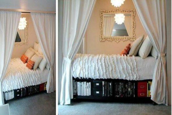 Поставьте кровать в нише и отгородите ее плотными шторами
