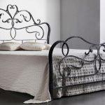 Роскошная двуспальная кровать с кованой спинкой