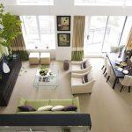 Шторы и диван сочетаются с контрастной стеной