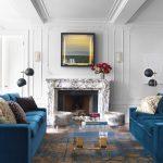 Синие диваны в белой гостиной