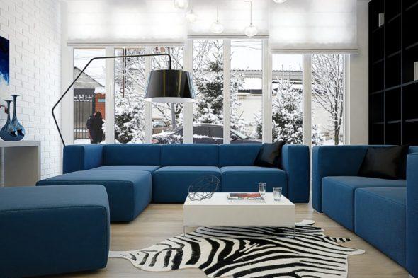 Синий диван в интерьере гостиной комнаты