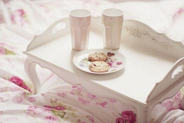 столик для завтрака светлый